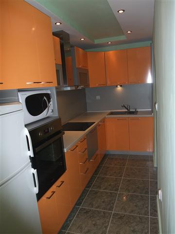 Кухня в оранжево и сиво
