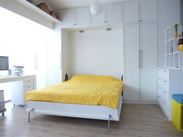 падащо легло бяло и жълто