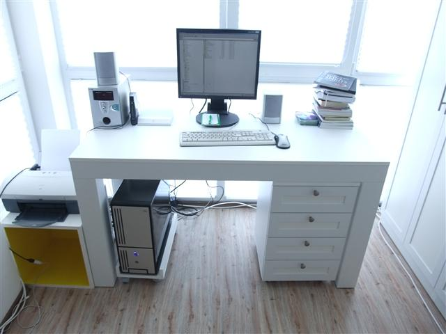 Бюро в бяло