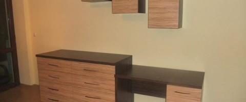 бюро с висящи шкафчета